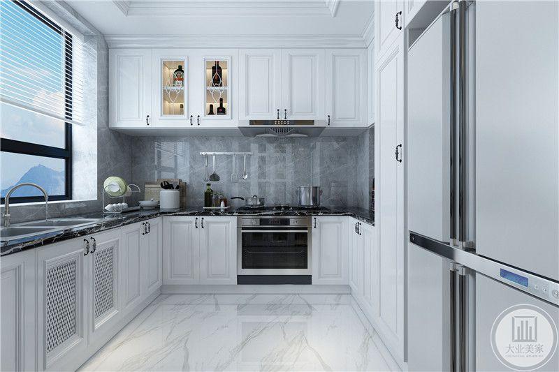 厨房是优雅的纯白色,橱柜冰箱等厨具一应俱全
