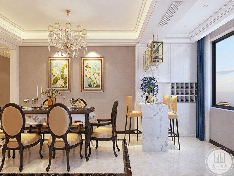 餐厅是精致的橙色系欧式桌椅,餐桌旁边设置了一个小吧台,三把高脚椅围绕着拔牙,吧台后方是白色的红酒柜。蓝色的窗帘与白色的酒柜使吧台既时尚又优雅