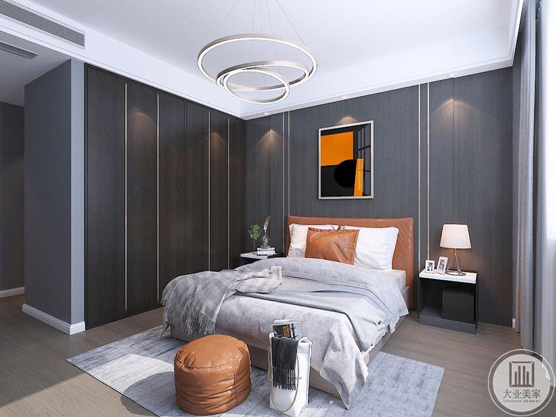 卧室是浅灰色为主色调,辅以明亮的橘色,使整个空间显得更加温暖。床头两侧均有小巧的床头柜,一侧放着床头灯,另一侧则是放些杂物