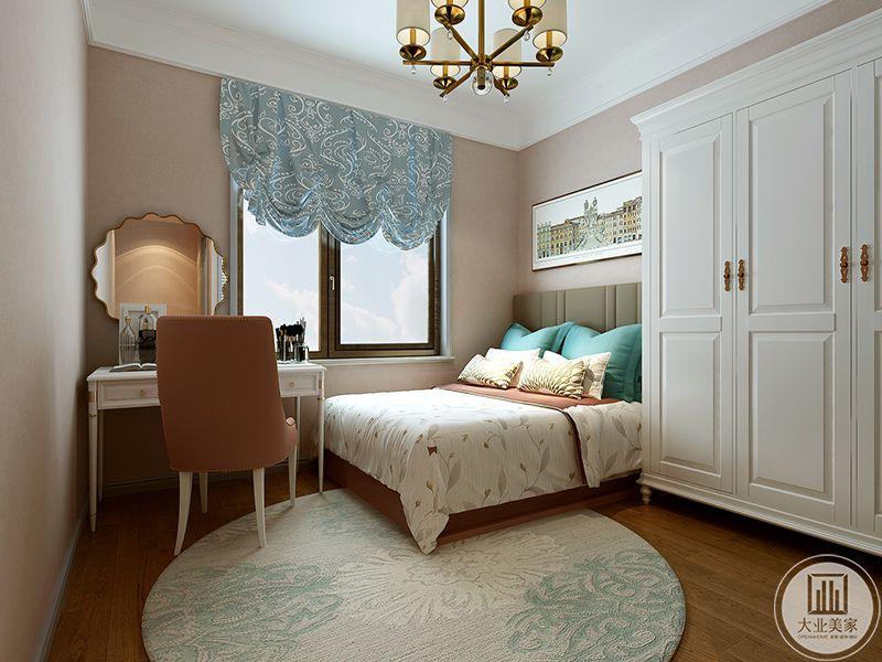卧室是一张床,一个梳妆台还有一个白色的衣柜。圆形的白色地毯普泰木地板上