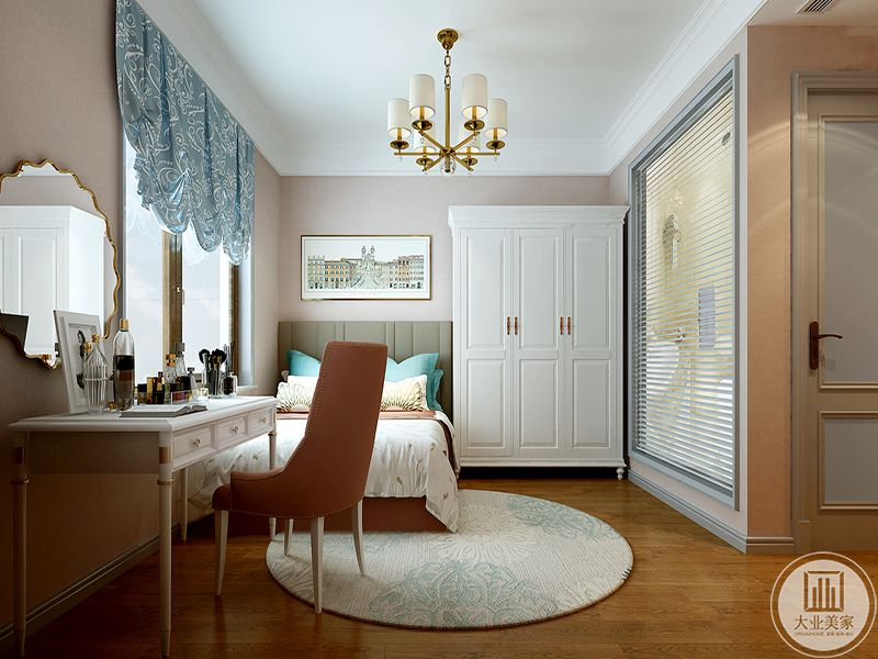 在这个角度看来,卧室有单独的卫浴间,,床头墙上是一幅装饰画,窗帘则是浅蓝色的,整个空间看起来清新优雅