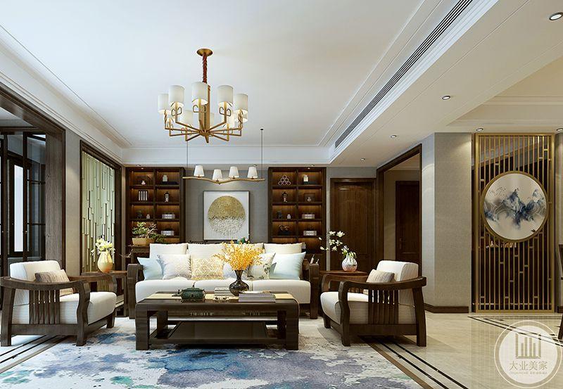 客厅与书房处在同一空间内,书房位于主沙发后侧,也就是沙发和书桌共享一面装饰墙,装饰墙布置成书柜样式,放些竹简,书籍和摆件,沙发是粗大的木质框架上垫了白色的软垫,搭配上暗色的实木茶几,客厅空间看起来古朴大气