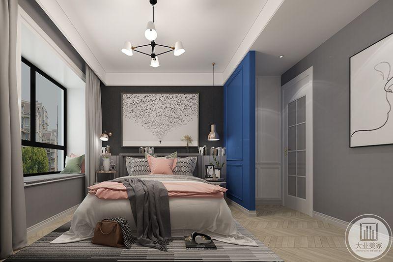 主卧背景墙是飞鸟图,卧床柔软舒适