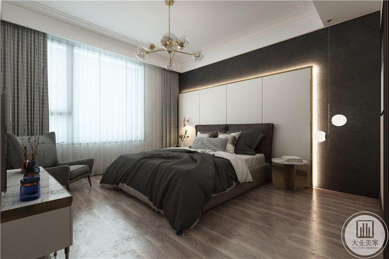 主卧 是灰黑色的色调,窗帘选用格子样式