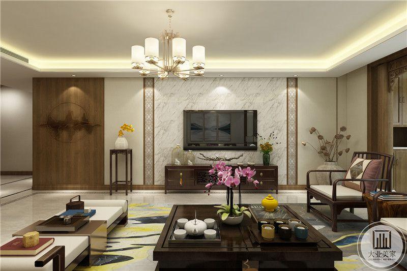 影视墙 是白色纹样,茶几摆有蝴蝶兰插花