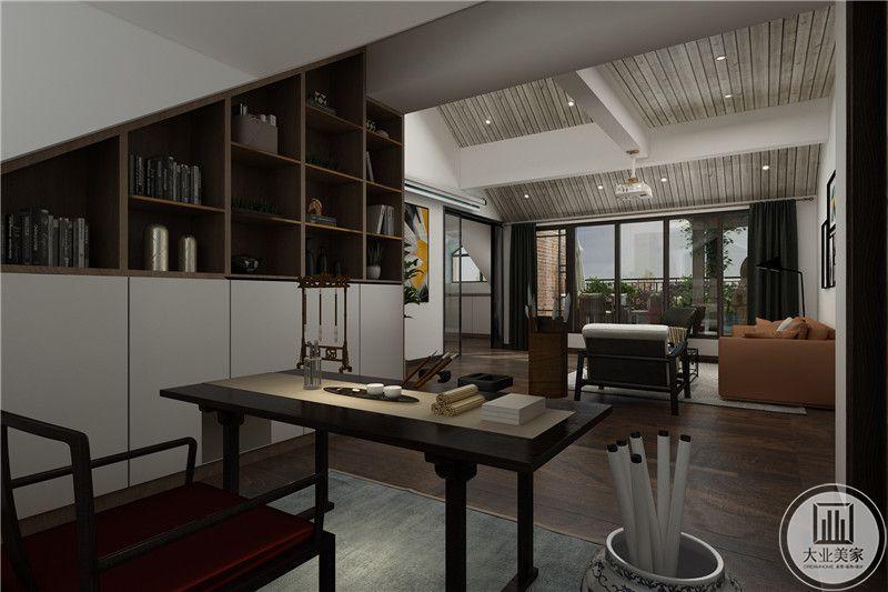 书房设置在阁楼,是一个大三角的设计