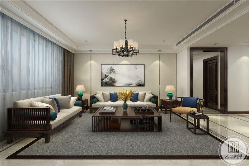 沙发墙是山水挂画,木质的桌椅茶几是典型的新中式