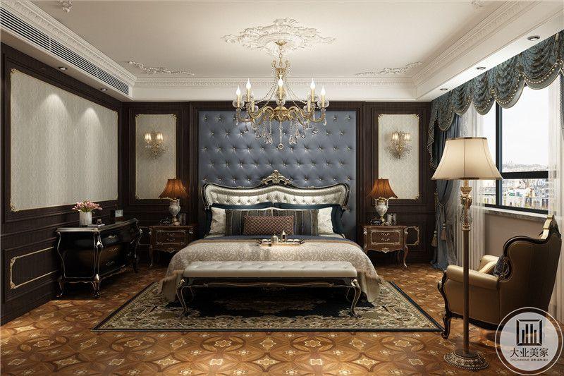 主卧背景墙是蓝色的皮质铆钉设计,整个空间采用了棕色和蓝色的色调