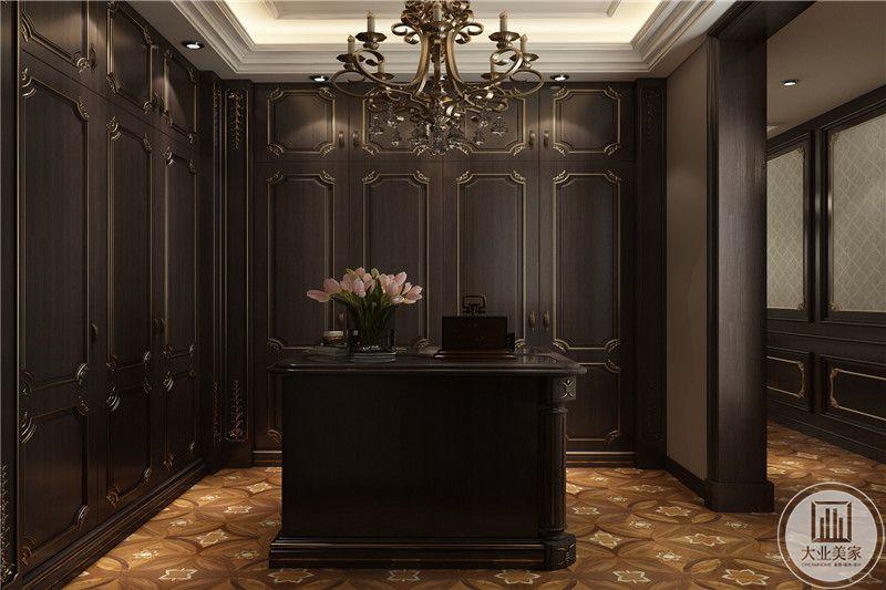 衣帽间则是深棕色的设计,高贵优雅