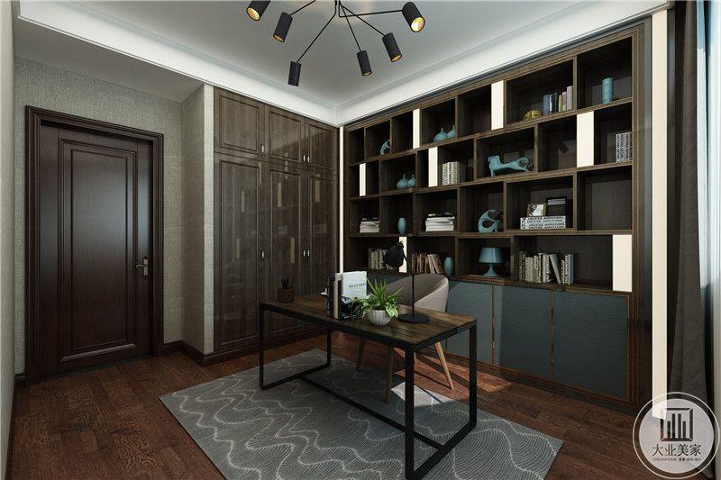 书房是简单的桌椅和被毕竟强的摆件架子