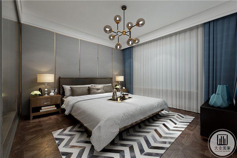 主卧窗帘水浅蓝色,床铺采用棕色与白色相结合