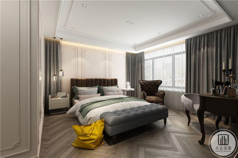 主卧床头背景墙是前会哦色的窗帘