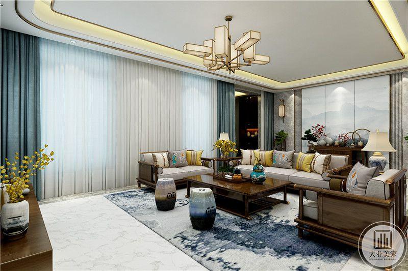 客厅窗帘是浅蓝偏墨色,与地毯的蓝色波纹相互印衬