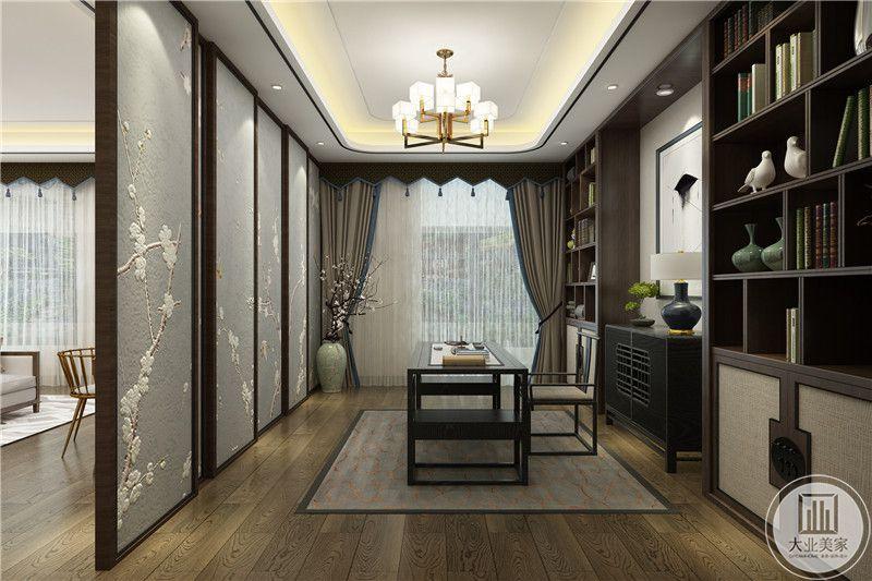 书房十分古朴,色调是枯木色,显得质朴优雅,桌椅均是造型简单舒适的木制桌椅