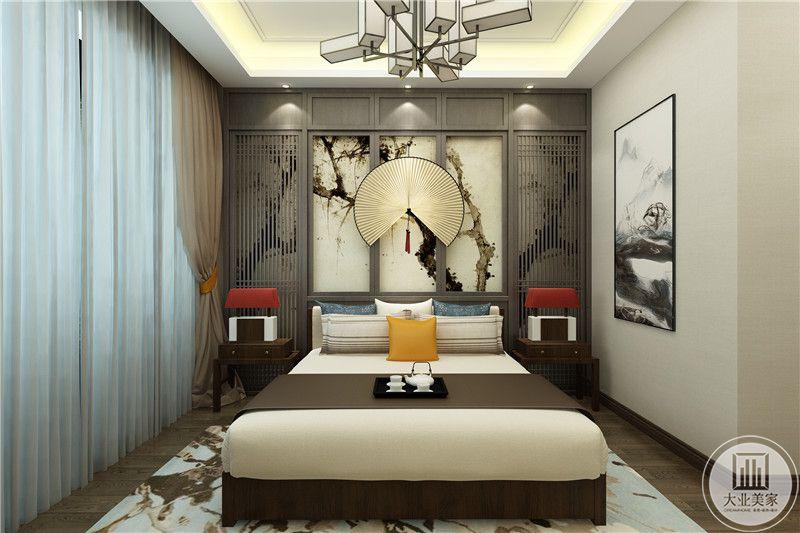 老人房中式风格较为浓厚,背景墙是扇子样子的装饰和泼墨花草的壁纸以及栅栏元素的运用