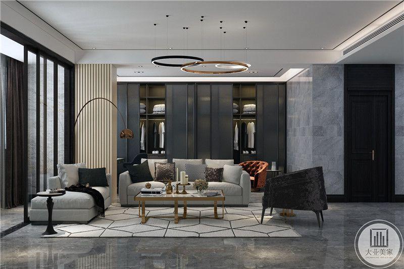客厅沙发背景墙设计成了衣橱的样式,美观实用,符合现代人追求简单的特质,沙发则是米色的布艺沙发,大量使用石材作为辅材,能给人带来现代、时尚,大气的感觉。
