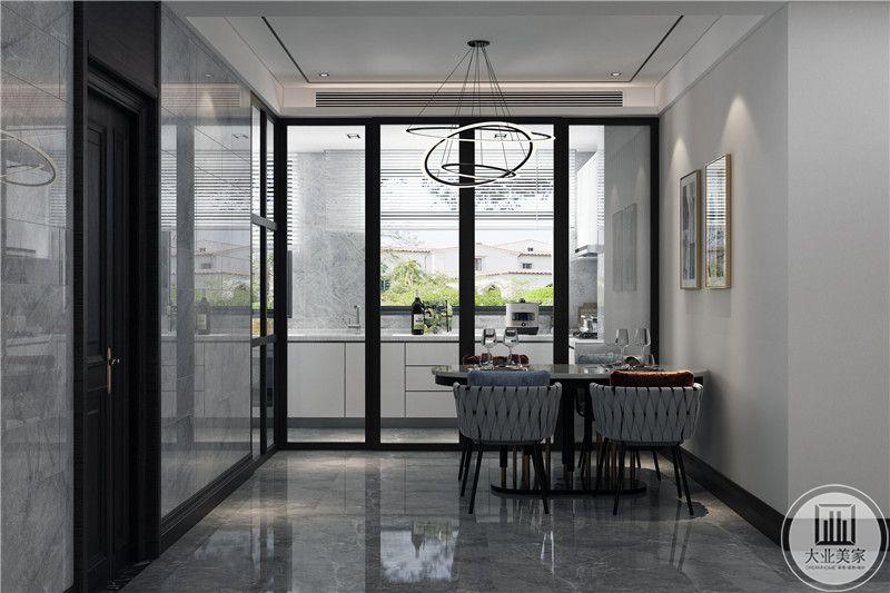 透明玻璃门隔断,简洁大方,划分出餐厅与厨房的空间,精致4人桌,配饰简约大气,家具不占据居室大量空间,表达了对生活的惬意追求。