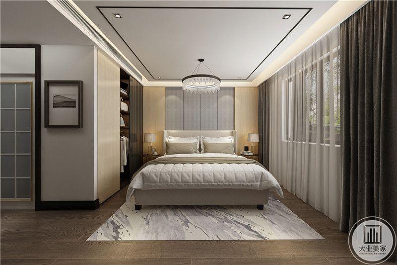 主卧布置成暖黄色搭配白色的被褥,温馨柔软,浅灰色的窗帘使卧室明朗宽敞,营造一个安静,祥和的家。