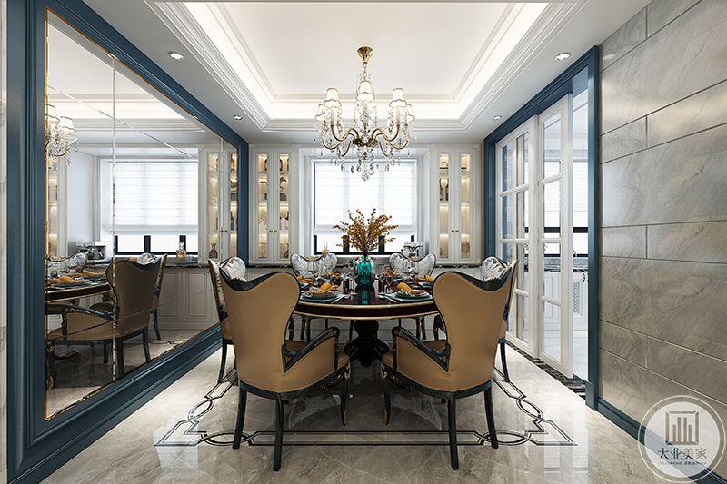 餐厅与厨房之间用一扇格子推拉门隔开,吊灯是与客厅相同的白色水晶宫灯