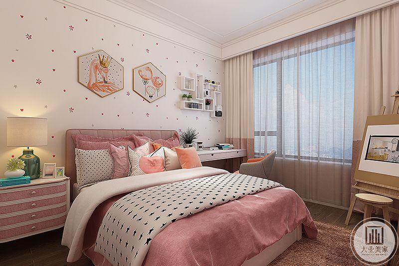 女孩房是粉红色调,简单的书桌椅和床头柜,除此之外,床角还放了一个画板,看样子小姑娘喜欢画画