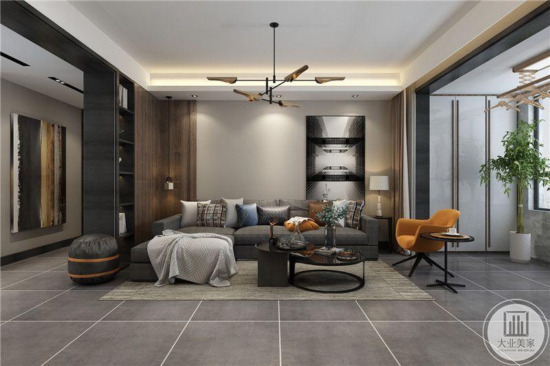 客厅是简约的灰色布艺沙发和浅灰色的瓷砖,背景墙设计感十足,将装饰画放在右侧,左侧则是以木料做了个转折架
