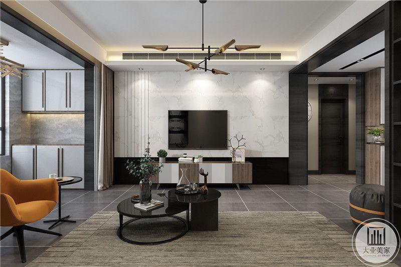 浅灰色的地毯上是小巧的黑色组合茶几,电视墙是白色的大理石板,左侧制作成竖纹样式