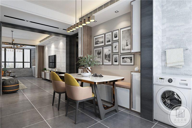 餐桌是简单的小桌,一侧是两张椅子,另一侧是榻榻米样式的坐席,背后是照片墙