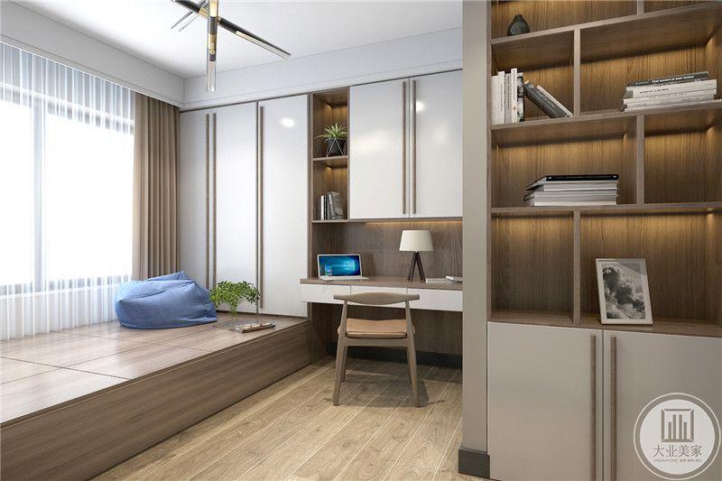 一个休闲室是榻榻米样式,另有书桌椅和书柜