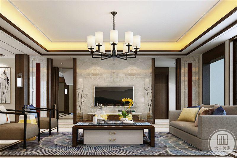 客厅电视墙是白色的大理石板,简洁大方,木质的茶几下方带着两个抽屉,桌面放着茶具和插花