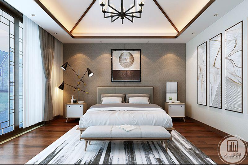 卧室是浅棕色的色调,地面是深色的木地板,地板上铺着白底黑纹的地毯