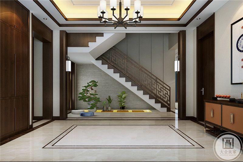 楼梯是中式的镂空设计,楼梯下方空间摆了盆栽绿植