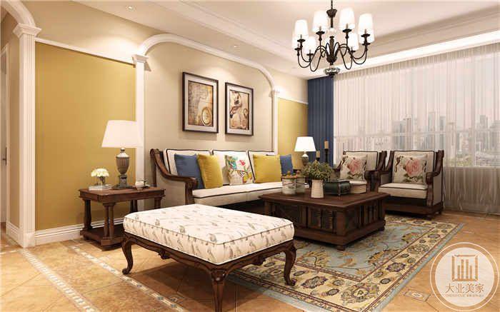 客厅是木质桌椅,整体色调是暖黄色