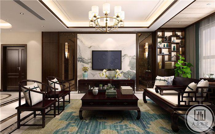 客厅电视墙是山水云纹的壁纸,桌椅茶几均是木质家具