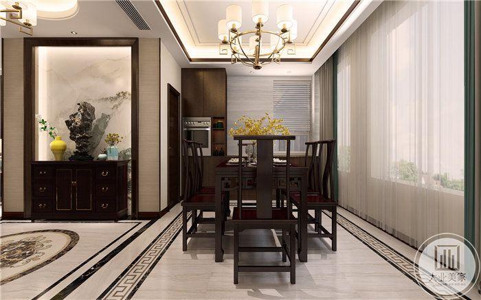 餐厅是一套四人桌椅,木质感