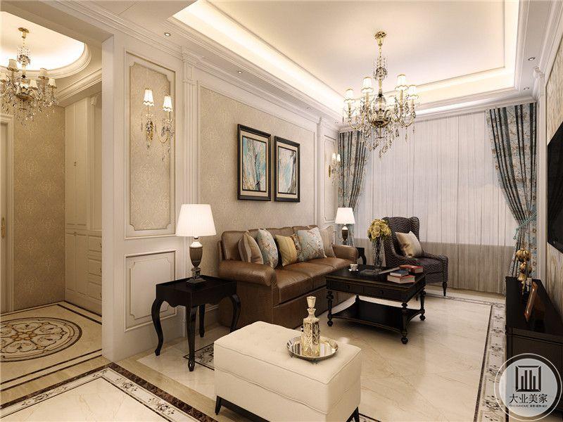 客厅是棕色的皮质沙发和黑色的茶几