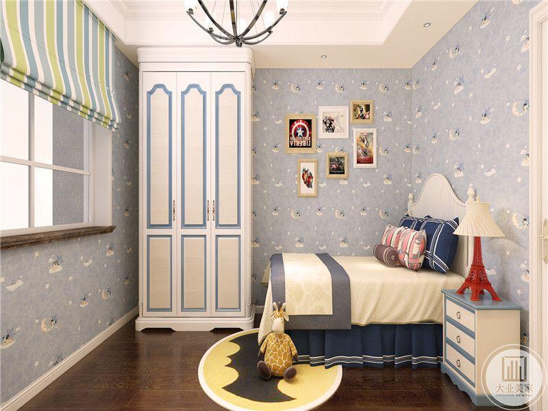 儿童房是蓝色的主色调,玩偶代表着童心,在超级英雄的壁画与花纹壁纸的装点,整个房间充满童趣。