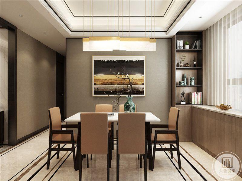 餐厅是棕色椅子,餐桌上装饰着插花,背景墙上是艺术挂画