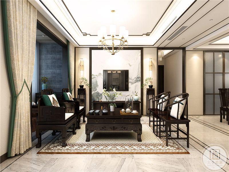 客厅电视墙是古风山水画,家具是木质明清样式