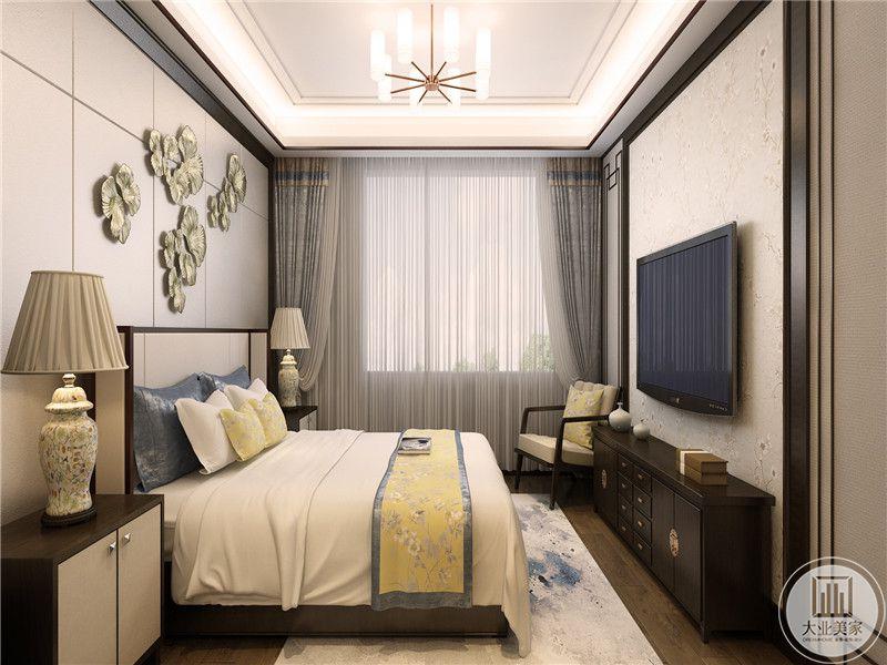主卧是浅灰色调,床头置物架上有复古的台灯
