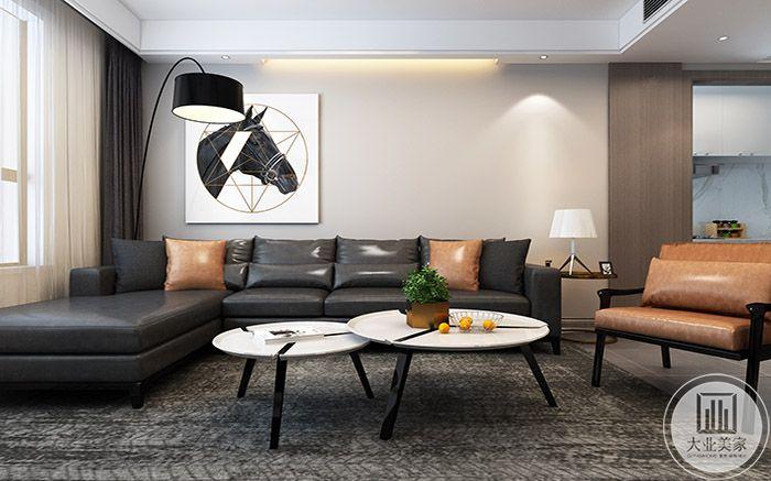 客厅是灰黑色的皮质沙发和橘色的皮质抱枕