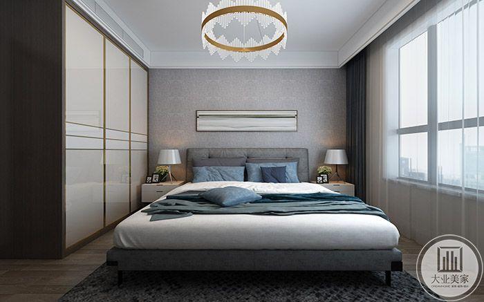 卧室是浅蓝色和浅灰色的布置,床榻较矮