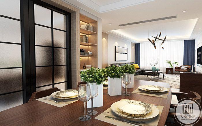 餐厅是木制的长桌,餐桌山有绿植