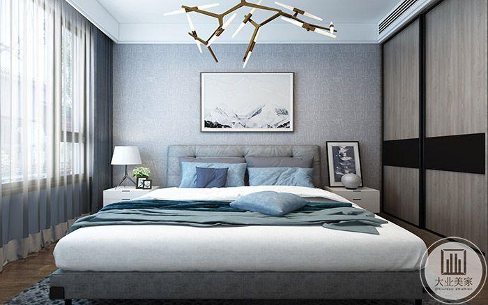 卧室是浅蓝色的色系,卧床低矮且大,舒适柔软