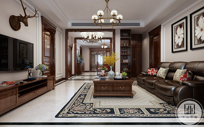 客厅以木质家具为主,沙发是同色系的皮质沙发