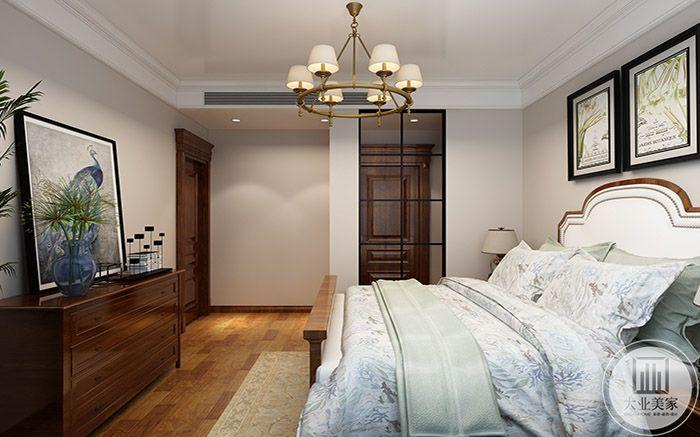 卧室布置简单典雅,床尾有置物柜