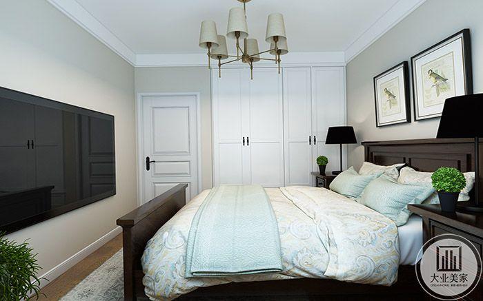 乳白色的卧室门和衣橱