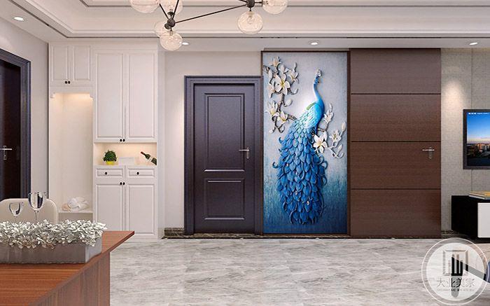 入户是蓝色孔雀样式的壁画,优雅明艳