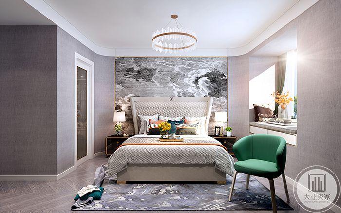 卧室床头墙是黑白灰的云纹设计,整个空间是米白色调,十分温暖,小阳台做成榻榻米的样式,可以在上面晒着太阳捧一本翻看