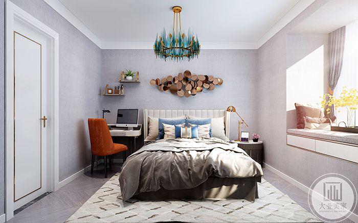 次卧与主卧整体差别不大,背景墙较为时尚,整体风格比较慵懒随性,床头旁边置有一套书桌椅