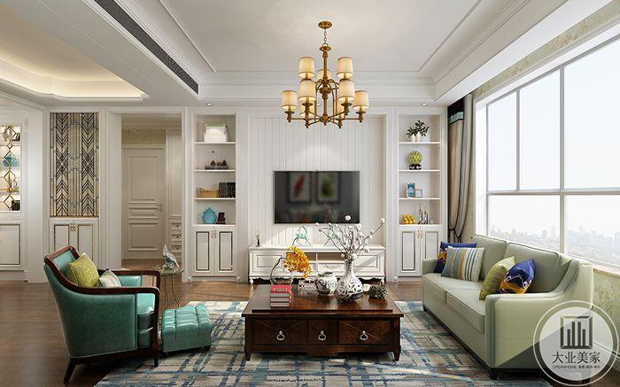 客厅电视墙是优雅的白色设置成条纹状,两侧是小巧的储物架,茶几是古木色,下方铺了蓝白的的涂染地毯